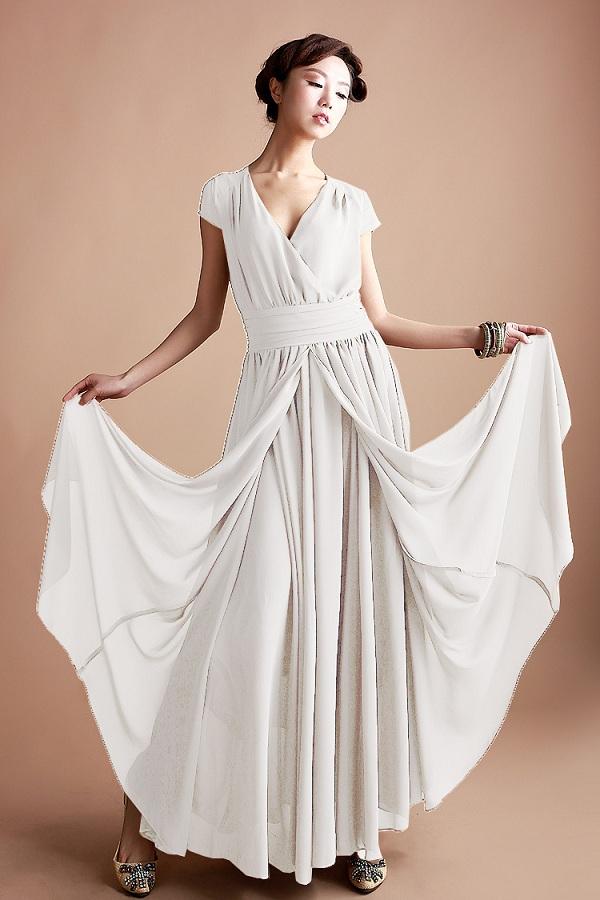 Model baju dress panjang dengan mengusung warna putih yang mempesoana